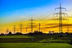 Posts de alto voltaje postes eléctricos del poder Foto de archivo