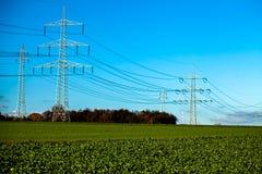 Posts de alto voltaje postes eléctricos del poder Fotografía de archivo libre de regalías