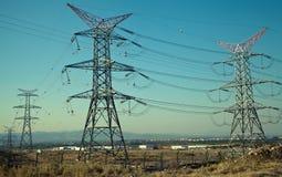 Posts de alto voltaje postes eléctricos del poder Imagen de archivo