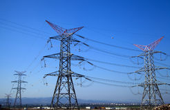 Posts de alto voltaje postes eléctricos del poder Fotografía de archivo