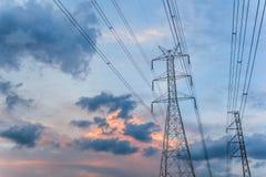Posts de la electricidad por la tarde Fotografía de archivo