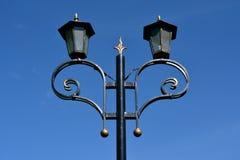 Posts de la lámpara contra el cielo azul Fotografía de archivo