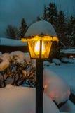 Posts de la lámpara cubiertos en nieve Imagenes de archivo