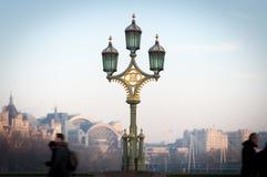 Posts de la lámpara en el puente de Westminster Imagenes de archivo