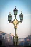 Posts de la lámpara en el puente de Westminster Imagen de archivo libre de regalías