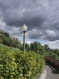 Posts de la lámpara en un parque imágenes de archivo libres de regalías