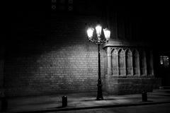 Posts de la lámpara fuera de una catedral en Barcelona Foto de archivo