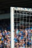 Posts de la meta con los aficionados al fútbol en el fondo Fotografía de archivo libre de regalías