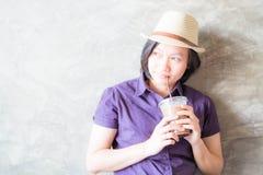Posts de la mujer en cafetería Foto de archivo libre de regalías