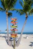Posts de muestra con el fondo de la playa Imagen de archivo libre de regalías