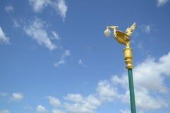 Posts de oro de la lámpara del cisne en jardín Imagenes de archivo