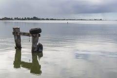 Posts del amarre en Goolwa, sur de Australia - orientación del paisaje fotografía de archivo