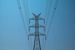 Posts eléctricos con el fondo del cielo azul Fotografía de archivo