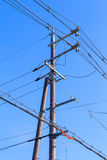 Posts eléctricos con el fondo del cielo azul Imagenes de archivo