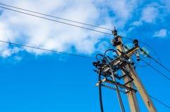 Posts eléctricos con los cables de la línea eléctrica Imagen de archivo libre de regalías
