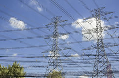 Posts o torre de alto voltaje del alto voltaje Fotos de archivo libres de regalías