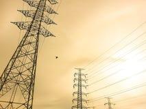 Posts o torre de alto voltaje del alto voltaje Foto de archivo