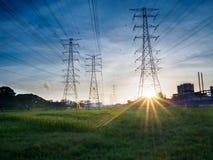 Posts o torre de alto voltaje del alto voltaje en campo verde en Butterworth, Penang, Malasia Fotos de archivo libres de regalías