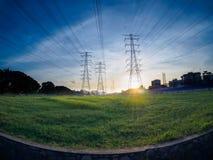 Posts o torre de alto voltaje del alto voltaje en campo verde en Butterworth, Penang, Malasia Foto de archivo libre de regalías