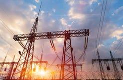 Posts o torre de alto voltaje del alto voltaje imagen de archivo libre de regalías