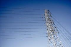 Posts y cable eléctricos de las telecomunicaciones del alambre con el fondo del cielo azul Fotos de archivo