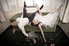 Postumi di una sbornia dello sposo e della sposa Fotografia Stock Libera da Diritti