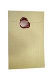 Postumschlag für den Buchstaben versiegelt mit dem Wachssiegelstempel an lokalisiert Lizenzfreie Stockfotos