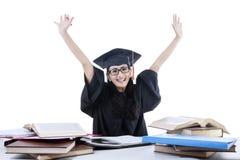 Postuniversitario allegro con il computer portatile ed i libri 2 Fotografia Stock