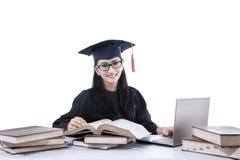 Postuniversitario allegro con il computer portatile ed i libri 1 Fotografie Stock