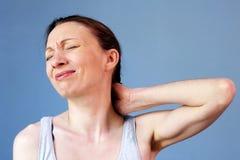 Postura correcta de la enfermedad del trabajo de la mujer del dolor de cuello imagenes de archivo