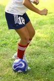 Postura del balón de fútbol Foto de archivo