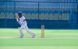 Postura del bateador después de jugar el tiro en un grillo la partido-India foto de archivo