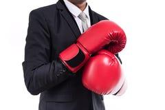 Postura ereta do homem de negócios com luvas de encaixotamento Imagens de Stock Royalty Free