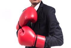 Postura ereta do homem de negócios com luvas de encaixotamento Fotos de Stock