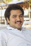 Postura relajada joven sonriente del varón adulto Imagen de archivo libre de regalías
