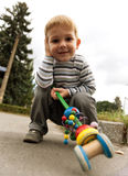Posture accroupie de petit garçon Photographie stock