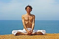 Posture de yoga sur les roches photo stock