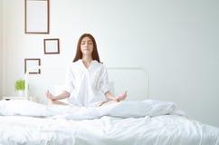 Posture simple de yoga sur le matelas image libre de droits