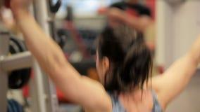 Postures accroupies dans le gymnase Paurlifting levage Postures accroupies avec un poids Les trains de femme dans le gymnase Une  clips vidéos