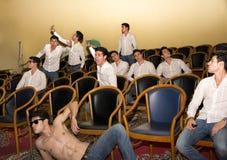 Postures multiples d'un homme dans un hall ou un amphithéâtre Images libres de droits