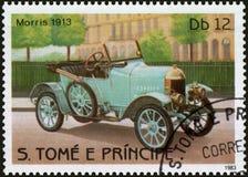 Postzegel in S wordt gedrukt dat Het boekdeel e Principe toont beeld van het retro jaar van automorris 1913 van versie Stock Foto's
