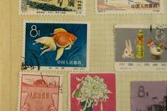 Postzegels van verschillende landen en tijden Achtergrond stock afbeeldingen