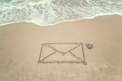 Postzeichen handgeschrieben auf Sand Stockfoto