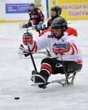 Posyłam zaczyna ataka podczas pełnozamachowego meczu hokeja Fotografia Stock