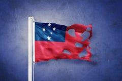 Poszarpana flaga Samoa latanie przeciw grunge tłu Obrazy Stock