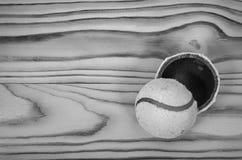 Poszarpana tenisowa piłka na drewnianym stole Zdjęcie Stock