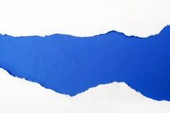 Poszarpany biały papier na błękitnym tle Cocept dla autyzm świadomości dnia Przerw bariery wpólnie dla autyzmu zdjęcia royalty free