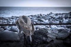 Poszarpany kapelusz na plaży Fotografia Royalty Free