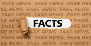 Poszarpany papier fact lub Sfałszowana wiadomość - obraz royalty free