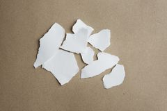 Poszarpany papier na pustym rzemiosła tle z ścinek ścieżką obrazy royalty free